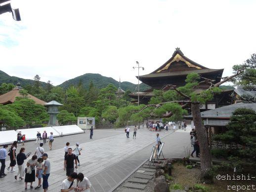 善光寺の参道と本堂を撮影した画像