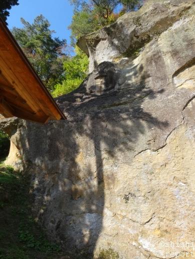 岩面に彫られた仏の彫像を撮影した画像
