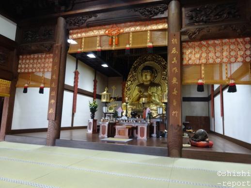 中尊寺本堂内の釈迦如来坐像を撮影した画像