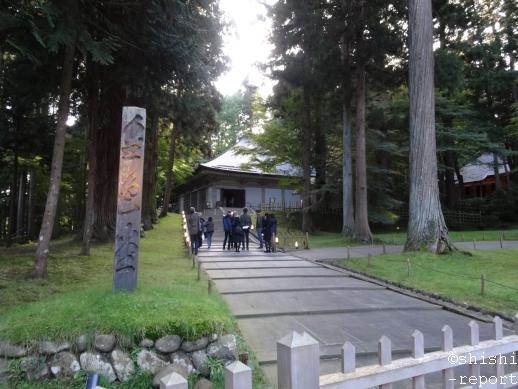 中尊寺の金色堂外観を遠くから撮影した画像