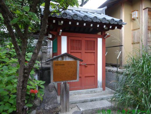 十輪院境内の春日曼荼羅石がおさめられたお堂を撮影した画像