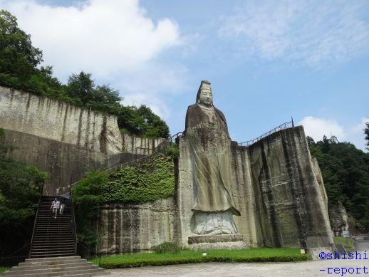 平和観音と展望台への階段が写っている画像