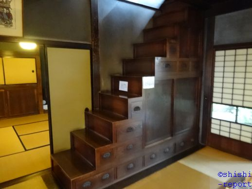 旧篠原家住宅内の箱階段を撮影した画像