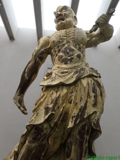 奈良国立博物館に展示されている金剛力士像の全身の画像