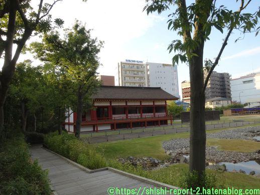 赤い柱の建造物が奥にある