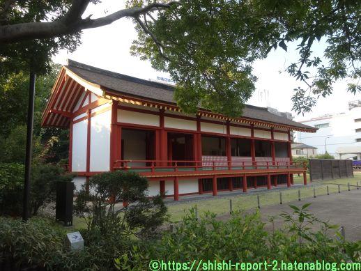 赤い柱の建造物を近くから撮影した画像