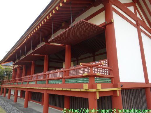 復元された奈良時代の建造物を斜め横から撮影した画像