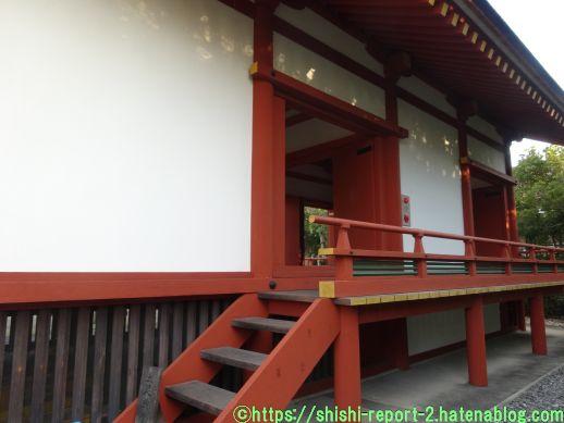 赤い階段が高い床につながっている