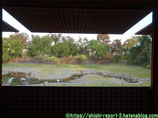 窓の外に園池