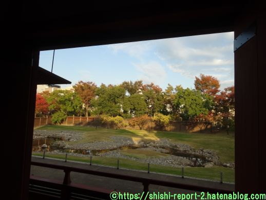建物内から園池を撮影