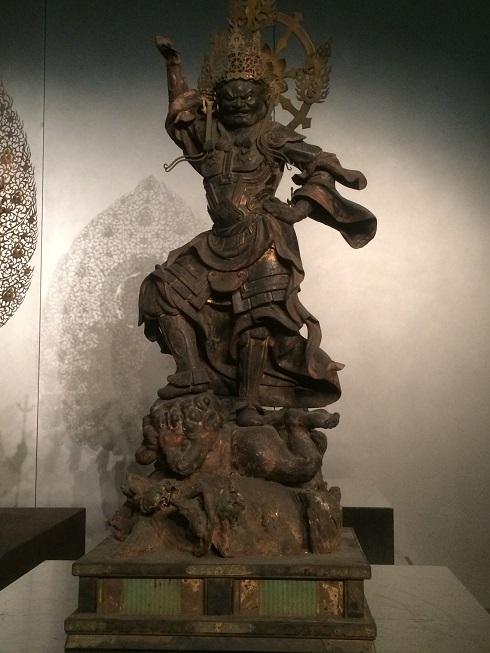 右手右足を上げ、忿怒相をしている仏像の画像