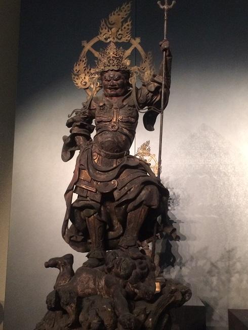 戟を持った仏像の画像