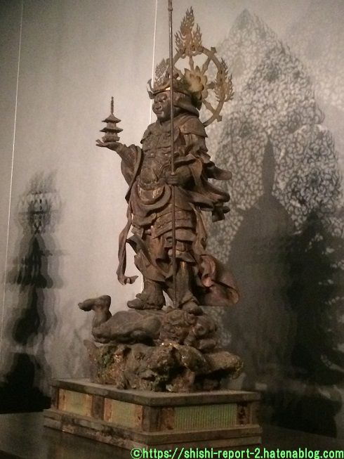 宝塔を持つ仏像の写真