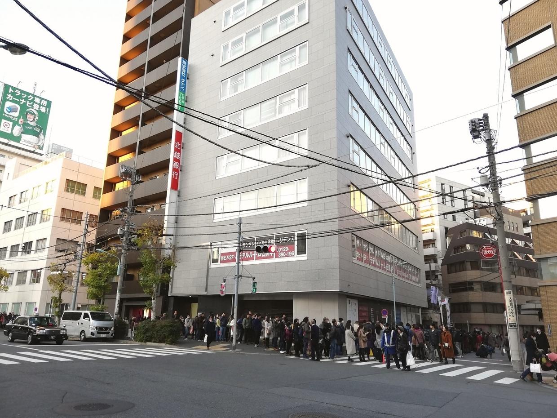 小網神社の初詣(交差点まで伸びる列)