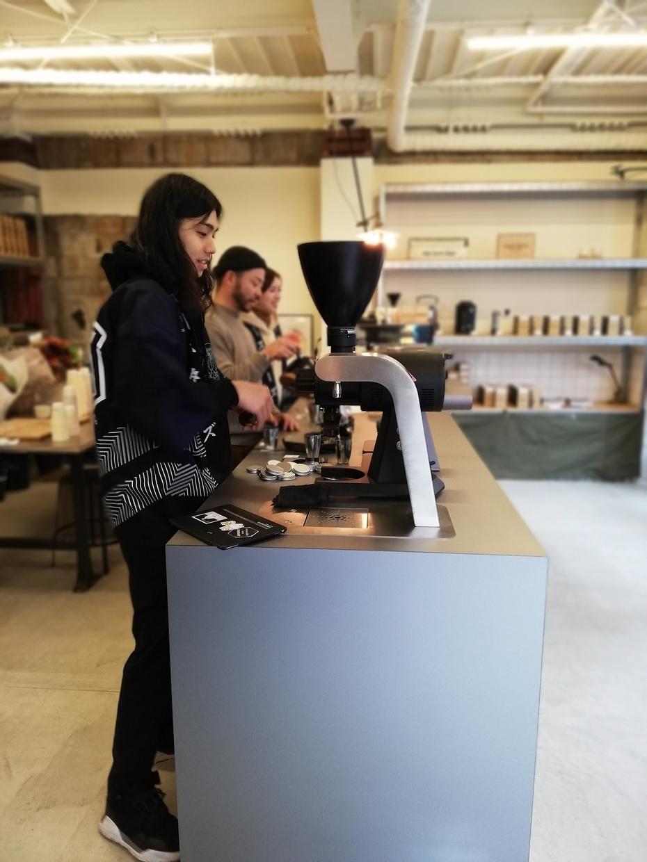 ドリップコーヒーを抽出するカウンター