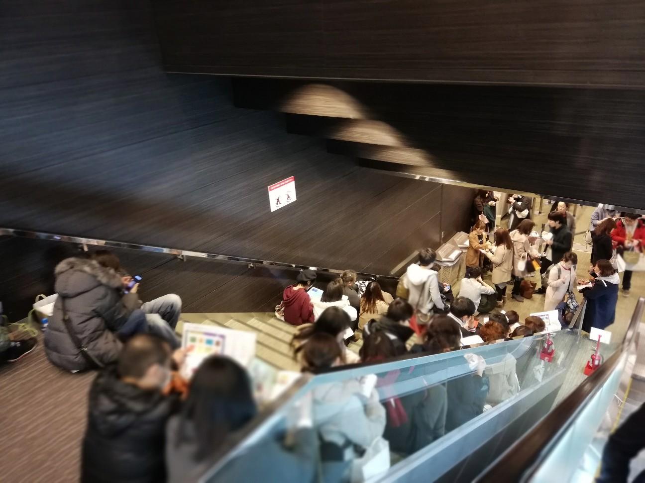 階段には大勢の人