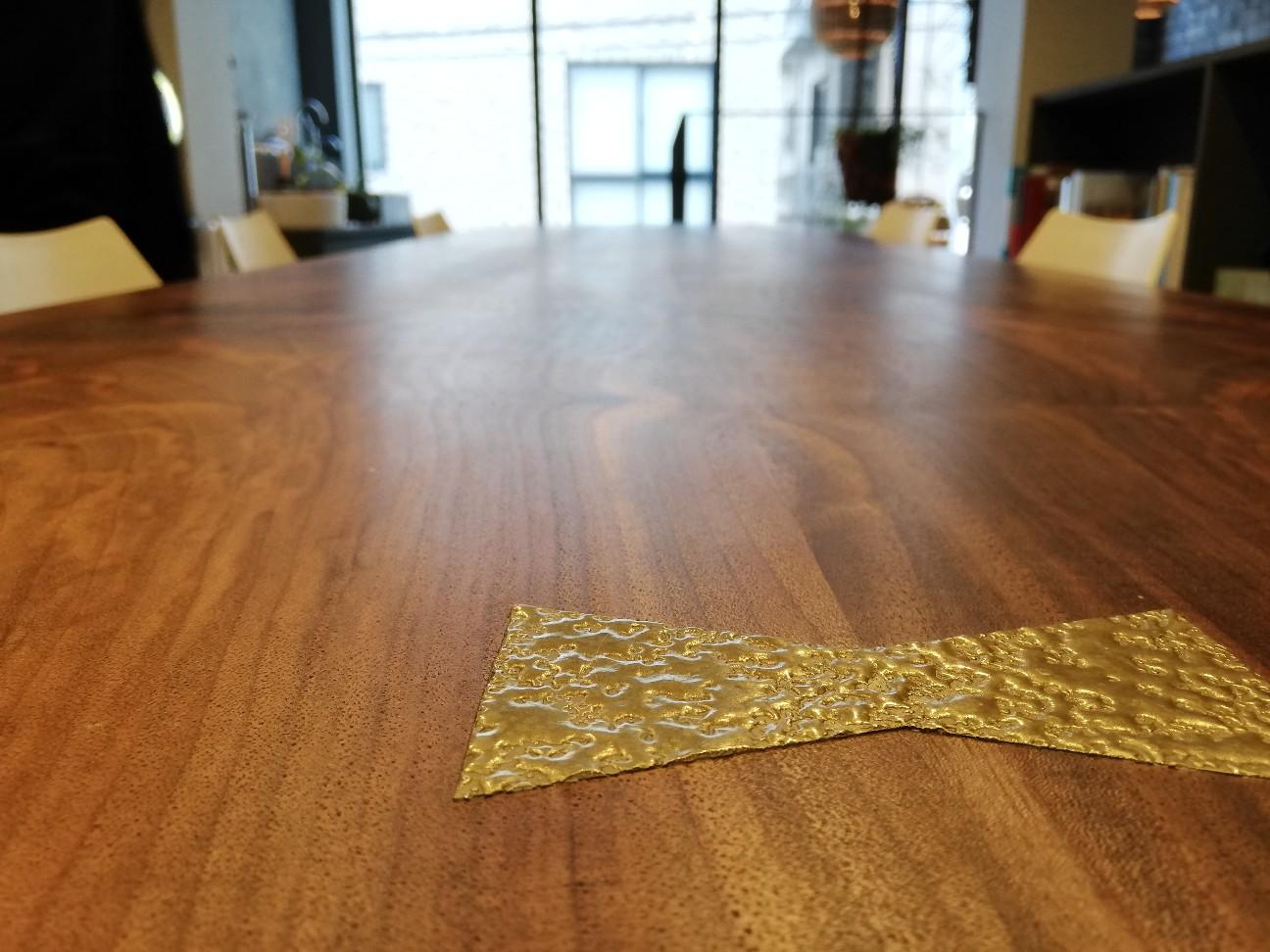 併設ショールームにある高級テーブル