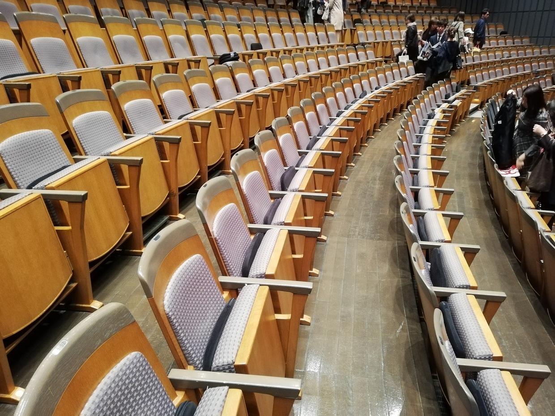 中劇場の椅子