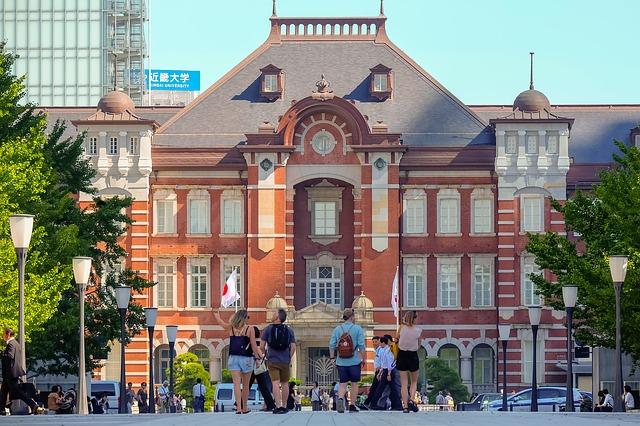 東京駅前の外国人観光客