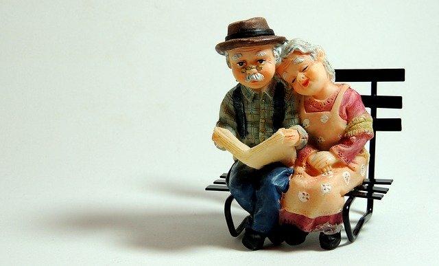 ベンチに座る高齢者夫婦 イメージ