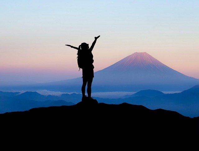 登山する女性が富士山を眺める