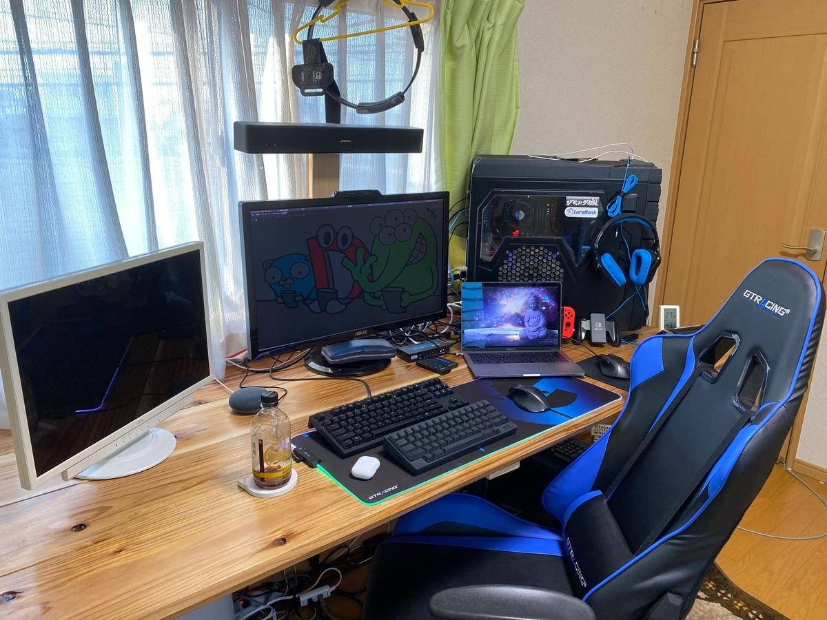 画像:DIYで作成した横幅も奥行きもある机に複数のディスプレイやキーボード, mac book pro, デスクトップPC