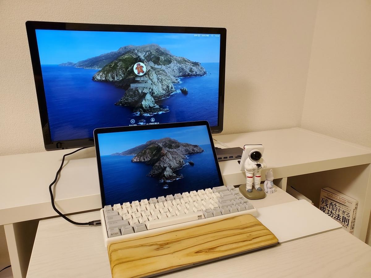 """""""画像:mac book proに外付けキーボードと自作パームレスト、外部ディスプレイが置かれ、机も壁も白を基調としたシンプルな開発環境"""""""