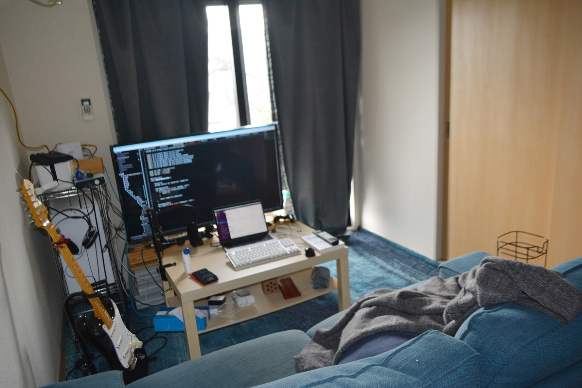 画像:TVを活用した大きなディスプレイに椅子はソファーな作業環境