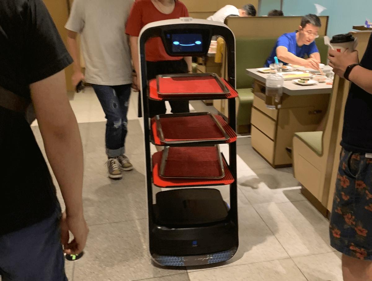 深センのハイディーラオにいた自動配膳ロボット