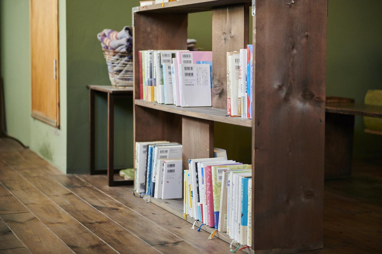 『本の読める店 fuzkue』店内にある本棚