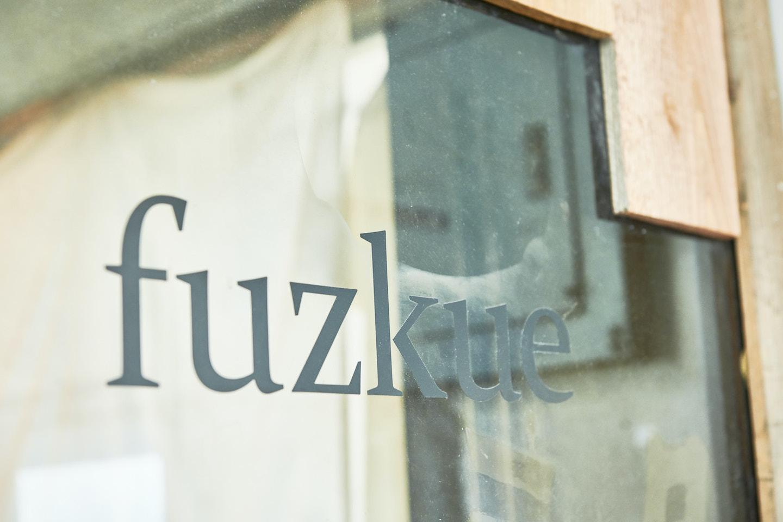 『本の読める店 fuzkue』店舗扉のロゴ