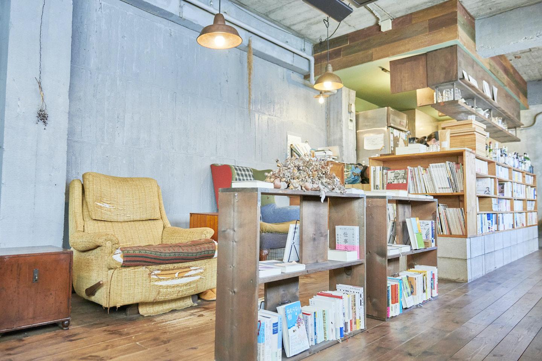 『本の読める店 fuzkue』の店内にはあらゆるジャンルの本が並ぶ