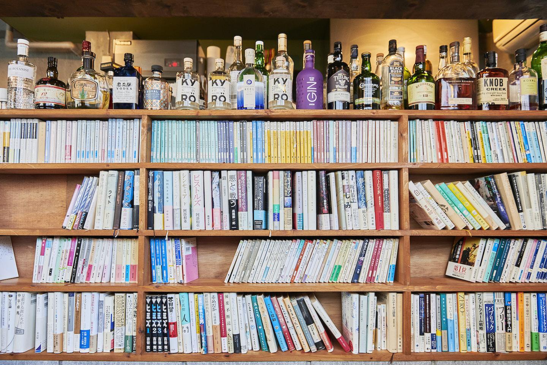 『本の読める店 fuzkue』本棚の上には様々な酒が並ぶ