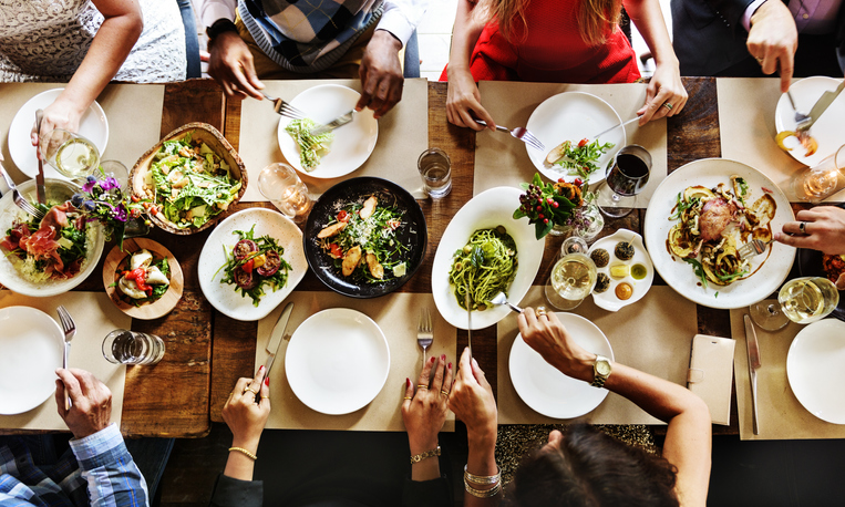 スタッフ複数人でまかないを食べているイメージ