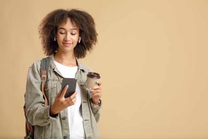 モバイルオーダーでコーヒーを注文した女性