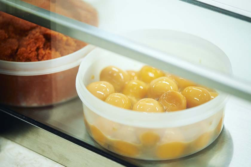 ぼんごのおにぎり具材のひとつである、冷凍した黄身を醤油漬けにした「らんおう」