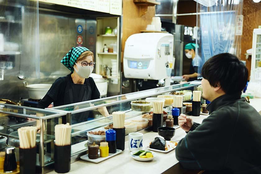 カウンターに立つぼんご店主の右近由美子さん