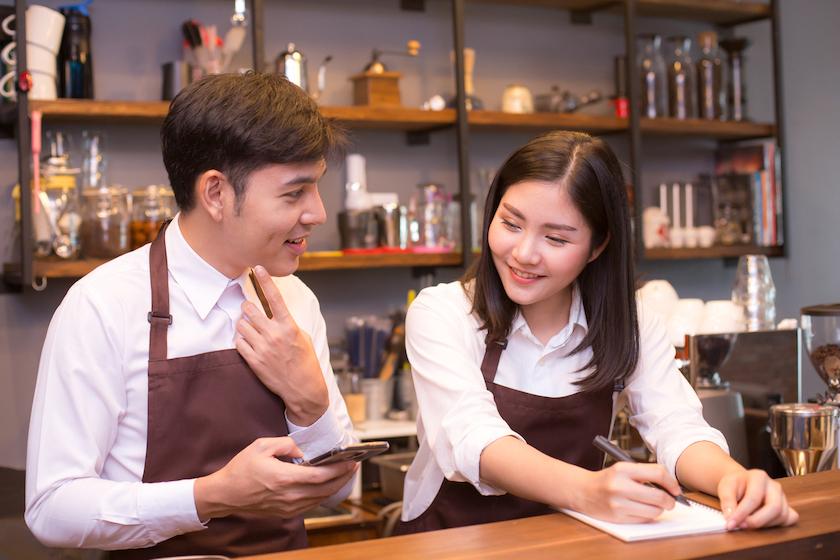 飲食店のクレームに対する改善策、再発防止策を話し合うスタッフ