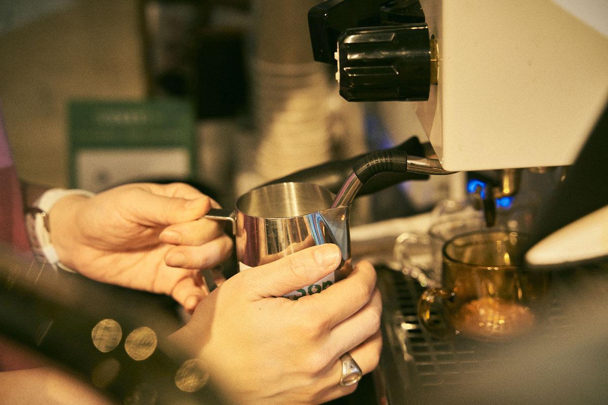 コーヒーを淹れるKeimiさんの手元