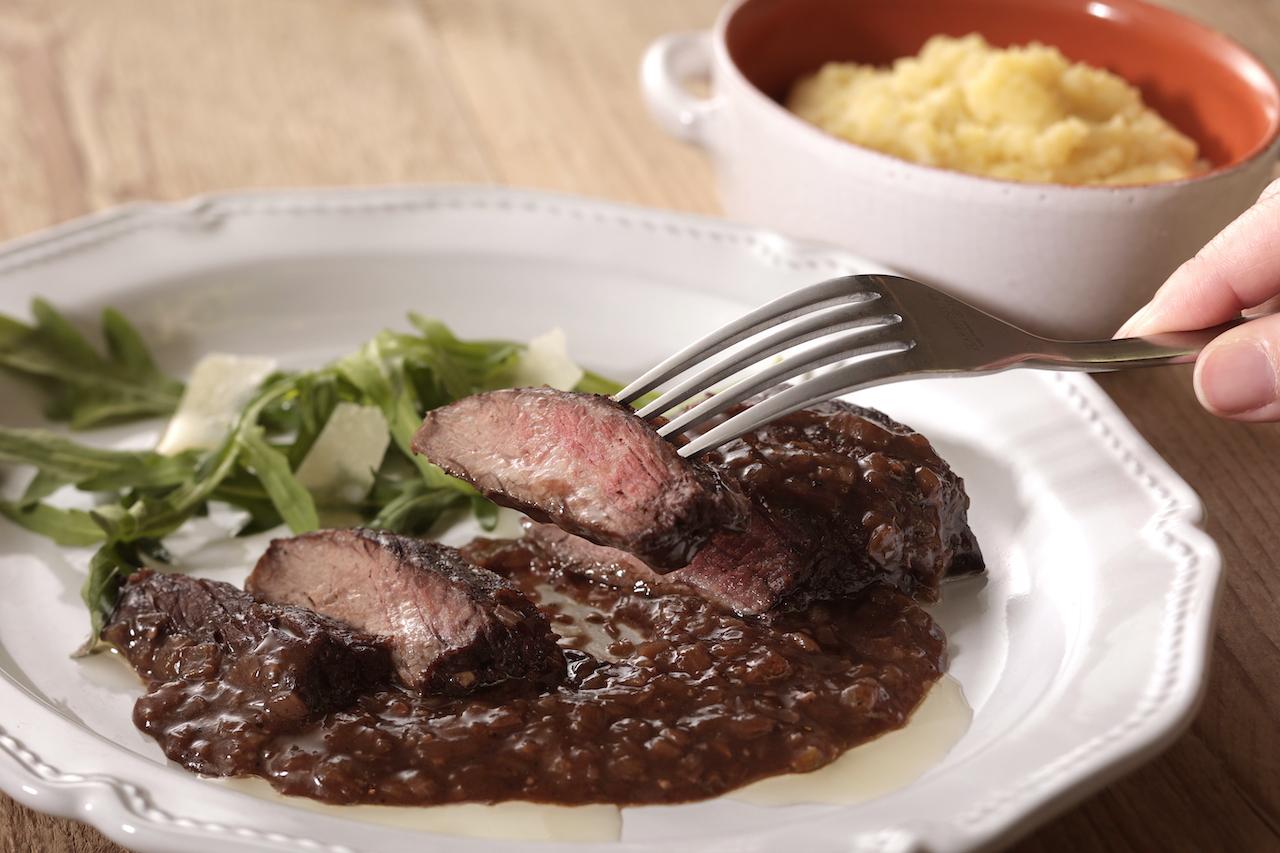 牛ハラミ肉のビステッカとキタアカリのマッシュポテト