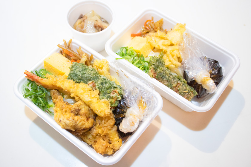 丸亀製麺の『4種の天ぷらと定番おかずのうどん弁当』と『2種の天ぷらと定番おかずの肉うどん弁当』