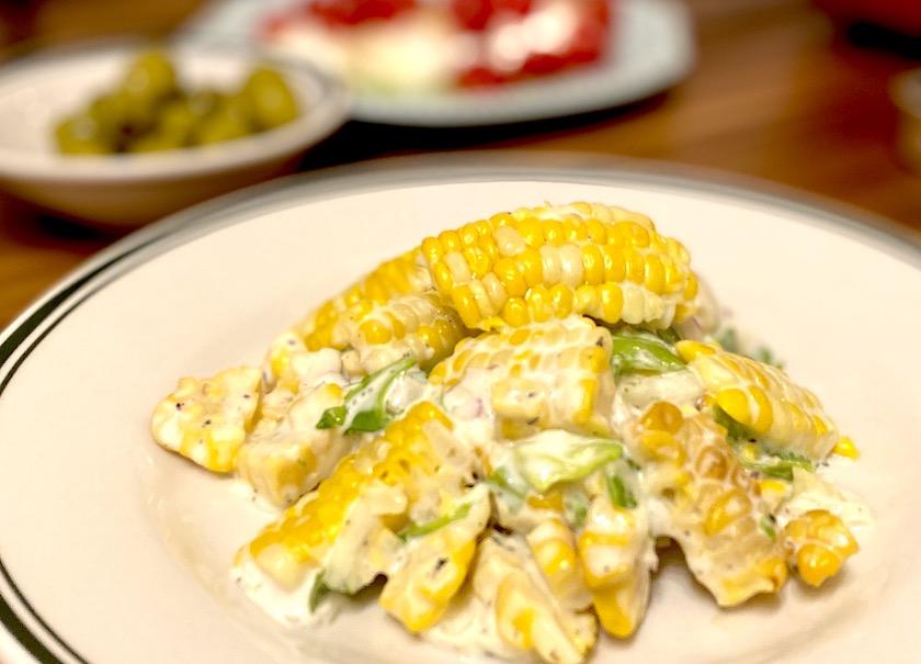 RF1の甘さに驚き とうもろこし「甘々娘」のサラダを皿に盛った図