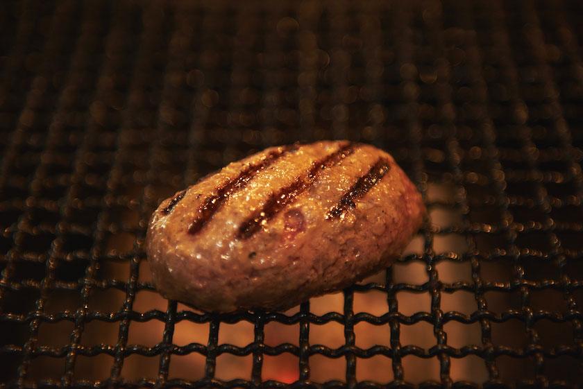「挽肉と米」にて肉を弱火で肉を焼くシーン