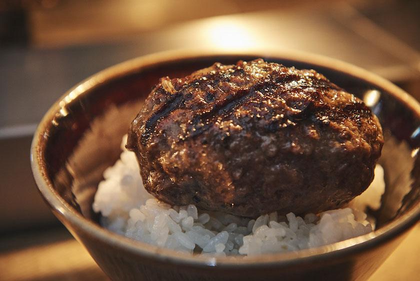 「挽肉と米」にて肉をご飯に乗せた図