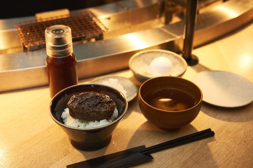 炊きたてのご飯と焼きたてのハンバーグに加え、お味噌汁がついた「挽肉と米 定食」