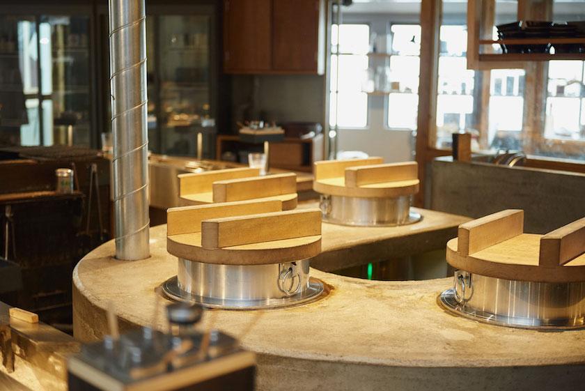 「挽肉と米」のカウンターから見える羽釜