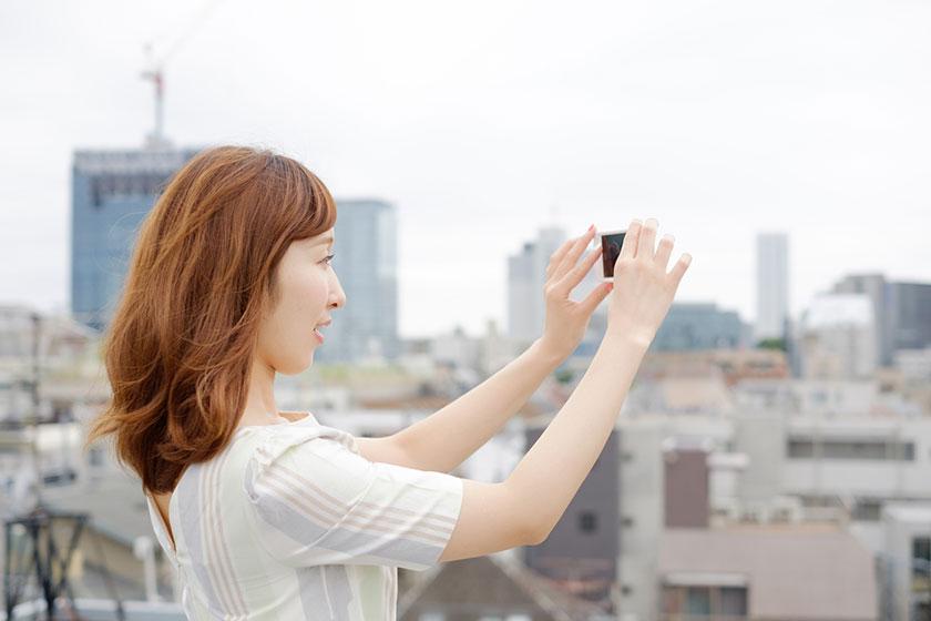 スマートフォンで撮影するイメージ