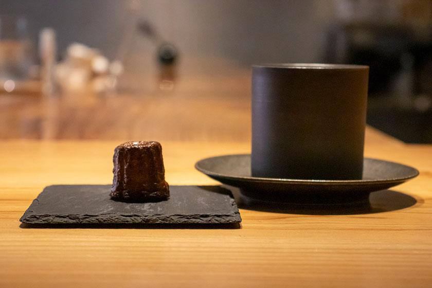 食後のコーヒーとひと口サイズのカヌレ
