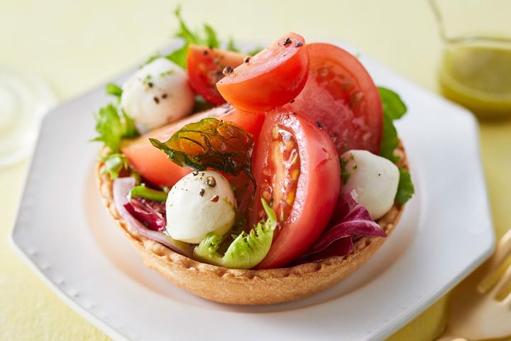 フルーツトマトと甘とまとのジェノバ風タルトサラダ 1個 702円(税込)