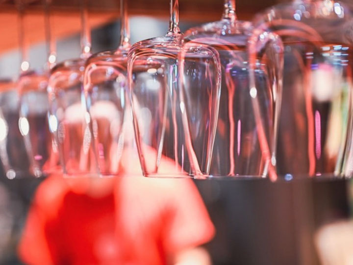 店内を照らすネオンは様々なインテリアに反射し、キッチンに並ぶワイングラスもきらりとピンクに輝きます。(公式Instagramより)